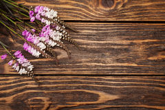 Άγρια λουλούδια στο ξύλινο υπόβαθρο Στοκ φωτογραφία με δικαίωμα ελεύθερης χρήσης
