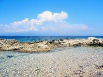 Άγρια παραλία, δύσκολη ακτή με μπλε, τυρκουάζ wat Στοκ Εικόνα