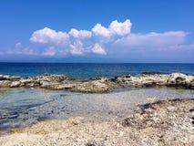 Άγρια παραλία, δύσκολη ακτή με μπλε, τυρκουάζ wat Στοκ φωτογραφία με δικαίωμα ελεύθερης χρήσης