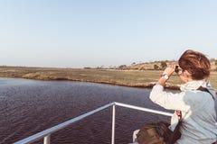 Άγρια φύση προσοχής τουριστών από διοφθαλμικό στον ποταμό Chobe, σύνορα της Ναμίμπια Μποτσουάνα, Αφρική Εθνικό πάρκο Chobe, διάση στοκ εικόνες με δικαίωμα ελεύθερης χρήσης