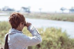 Άγρια φύση προσοχής τουριστών από διοφθαλμικό στον ποταμό Chobe, σύνορα της Ναμίμπια Μποτσουάνα, Αφρική Εθνικό πάρκο Chobe, διάση στοκ φωτογραφία με δικαίωμα ελεύθερης χρήσης
