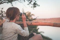 Άγρια φύση προσοχής τουριστών από διοφθαλμικό στον ποταμό Chobe, σύνορα της Ναμίμπια Μποτσουάνα, Αφρική Εθνικό πάρκο Chobe, διάση στοκ εικόνες