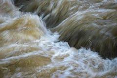 Άγρια turbid ορμητικά σημεία ποταμού νερού Στοκ Φωτογραφίες