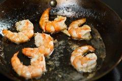 Άγριες κόκκινες αργεντινές γαρίδες που τηγανίζονται στο τηγάνι στο βούτυρο με τους σπόρους σκόρδου και σουσαμιού Στοκ Φωτογραφίες