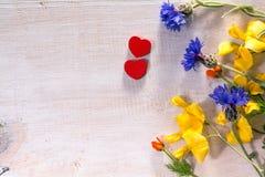 Άγριες λουλούδια και καρδιές στο ξύλο στοκ φωτογραφίες με δικαίωμα ελεύθερης χρήσης