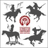 Άγριες δυτικές σκιαγραφίες - πολεμιστές αμερικανών ιθαγενών που οδηγούν τα άλογα διανυσματική απεικόνιση