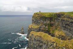 Άγριοι ατλαντικοί απότομοι βράχοι τρόπων της άποψης Moher στον πύργο Ο Bri στοκ εικόνες