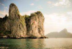 Άγριος απότομος βράχος επάνω από τη θάλασσα Phi Ko Phi στοκ φωτογραφία με δικαίωμα ελεύθερης χρήσης