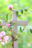 Άγριος αυξήθηκε περιπλεγμένος γύρω από έναν σταυρό Στοκ Εικόνες