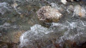 Άγριος καταρράκτης στη φύση και τους βράχους απόθεμα βίντεο