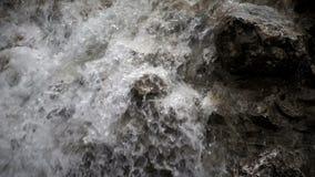 Άγριος καταρράκτης στη φύση και τους βράχους φιλμ μικρού μήκους
