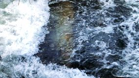 Άγριος ποταμός σε ένα κανάλι άνωθεν απόθεμα βίντεο