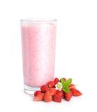 Άγριο κοκτέιλ γάλακτος strawberrys με τα μούρα και το λουλούδι Στοκ Φωτογραφία