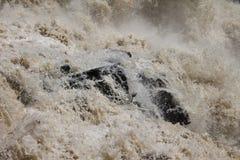 Άγριο νερό πέρα από τους βράχους στον καταρράκτη Στοκ Φωτογραφίες