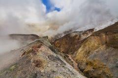 Άγριο τοπίο με τους άψυχους ηφαιστειακούς βράχους Στοκ φωτογραφία με δικαίωμα ελεύθερης χρήσης