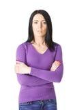Άγρυπνη γυναίκα στο πορφυρό πουλόβερ με τα όπλα που διπλώνονται στοκ εικόνες