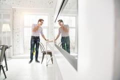 Άγρυπνος επιχειρηματίας που μιλά στο τηλέφωνό του Στοκ φωτογραφία με δικαίωμα ελεύθερης χρήσης