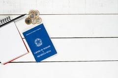 Άδεια εργασία, σημειωματάριο, μαύρο μολύβι και κάποιο βραζιλιάνο ένα πραγματικό γ Στοκ Φωτογραφία
