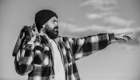 Άδεια κυνηγιού Βάναυσο αρσενικό χόμπι κυνηγιού Εποχές κυνηγιού και παγίδευσης Ο γενειοφόρος σοβαρός κυνηγός ξοδεύει τον ελεύθερο  στοκ εικόνες