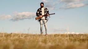 Άδειες κυνηγιού Λαθροκυνηγός με το τουφέκι που επισημαίνει κάποιο Deers Παράνομος κυνηγώντας λαθροκυνηγός στη δασική εποχή κυνηγι απόθεμα βίντεο
