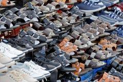 Άκαμπα, Ιορδανία, 8.2018 Μαρτίου: Στάβλος αγοράς στο κέντρο πόλεων με πολλά παπούτσια και σανδάλια για την πώληση στους ντόπιους  στοκ εικόνες