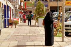 Άκαμπα, Ιορδανία, στις 7 Μαρτίου 2018: Σκηνή οδών από ένα προάστιο του Άκαμπα με μια καλυμμένη κυρία που χρησιμοποιεί το κινητό τ στοκ φωτογραφία με δικαίωμα ελεύθερης χρήσης