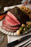 Άκοπο βόειο κρέας ψητού με τις πουτίγκες του Γιορκσάιρ Στοκ Εικόνες