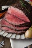Άκοπο βόειο κρέας ψητού με τις πουτίγκες του Γιορκσάιρ Στοκ Φωτογραφίες