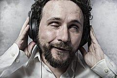 Άκουσμα και απόλαυση της μουσικής με τα ακουστικά, άτομο στο άσπρο πουκάμισο Στοκ εικόνα με δικαίωμα ελεύθερης χρήσης