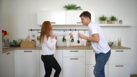 Άκουσμα χορού ζευγών πρωινού στο σπίτι ευτυχές νέο wed πρόσφατα τη μουσική στην κουζίνα που φορά τις πυτζάμες ερωτευμένες έχοντας απόθεμα βίντεο