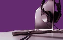 άκουσμα lap-top Στοκ εικόνα με δικαίωμα ελεύθερης χρήσης