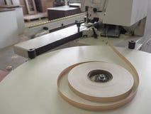 Άκρες ρόλων Μηχανή ζώνης ακρών Σπείρες της πλαστικής ζώνης ακρών λήξης επίπλων για τις μηχανές ζώνης στοκ φωτογραφία με δικαίωμα ελεύθερης χρήσης