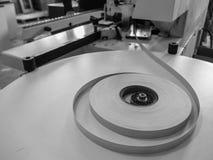 Άκρες ρόλων Μηχανή ζώνης ακρών Σπείρες της πλαστικής ζώνης ακρών λήξης επίπλων για τις μηχανές ζώνης Γραπτό PIC στοκ φωτογραφίες