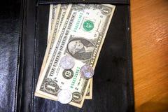 Άκρες τραπεζογραμματίων αμερικανικών δολαρίων στη μαύρη παραλαβή λογαριασμών δέρματος Στοκ εικόνες με δικαίωμα ελεύθερης χρήσης