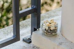 Άκρες τσιγάρων ashtray σε ένα μπαλκόνι στοκ φωτογραφία με δικαίωμα ελεύθερης χρήσης