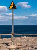 Άκρη απότομων βράχων - κίνδυνος! Στοκ εικόνες με δικαίωμα ελεύθερης χρήσης