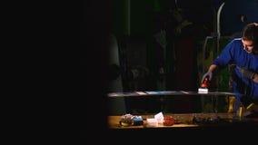 Άκρη αλέσματος σε ένα σνόουμπορντ στην υπηρεσία Πίνακας παραφίνης επισκευή σνόουμπορντ φιλμ μικρού μήκους
