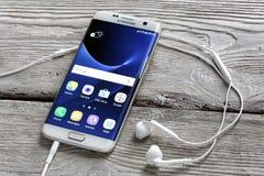 Άκρη γαλαξιών της Samsung S7 σε έναν πίνακα Στοκ Εικόνα