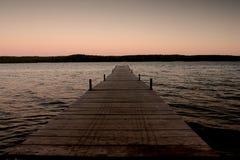 άκρη κοντά στο ύδωρ αποβαθ& Στοκ εικόνες με δικαίωμα ελεύθερης χρήσης