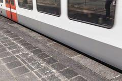 Άκρη πλατφορμών με τη διάβαση του τραίνου Στοκ φωτογραφία με δικαίωμα ελεύθερης χρήσης