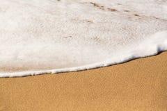 Άκρη της θάλασσας και της κυματωγής στην αμμώδη παραλία Στοκ Φωτογραφία