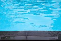 Άκρη της μαύρης πισίνας πατωμάτων τσιμέντου πλησίον Στοκ εικόνες με δικαίωμα ελεύθερης χρήσης