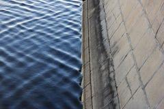 Άκρη του μπλε νερού και ανάχωμα γρανίτη του ποταμού της Μόσχας Στοκ Εικόνες