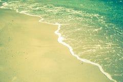 Άκρη των κυμάτων θάλασσας σε μια αμμώδη παραλία Στοκ Εικόνες