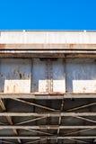 Άκρη underside ζευκτόντων γεφυρών ενάντια στο μπλε ουρανό Στοκ Φωτογραφία