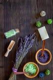 Άλας και σαπούνι λουτρών στο βοτανικό καλλυντικό με lavender στο ξύλινο γραφείων διάστημα άποψης υποβάθρου τοπ για το κείμενο Στοκ Εικόνες
