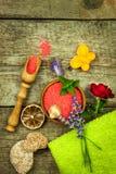 Άλας λουτρών σε έναν ξύλινο πίνακα Υπόλοιπο μετά από την εργασία Επεξεργασία πίεσης Εγχώριο λουτρό Aromatherapy Στοκ Εικόνα