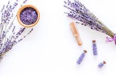 Άλας λουτρών στο βοτανικό καλλυντικό με lavender στο άσπρο γραφείων διάστημα άποψης υποβάθρου τοπ για το κείμενο Στοκ Εικόνα
