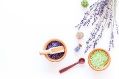 Άλας λουτρών στο βοτανικό καλλυντικό με lavender στο άσπρο γραφείων διάστημα άποψης υποβάθρου τοπ για το κείμενο Στοκ Εικόνες