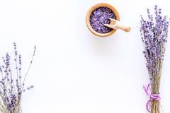 Άλας λουτρών στο βοτανικό καλλυντικό με lavender στο άσπρο γραφείων διάστημα άποψης υποβάθρου τοπ για το κείμενο Στοκ Φωτογραφία